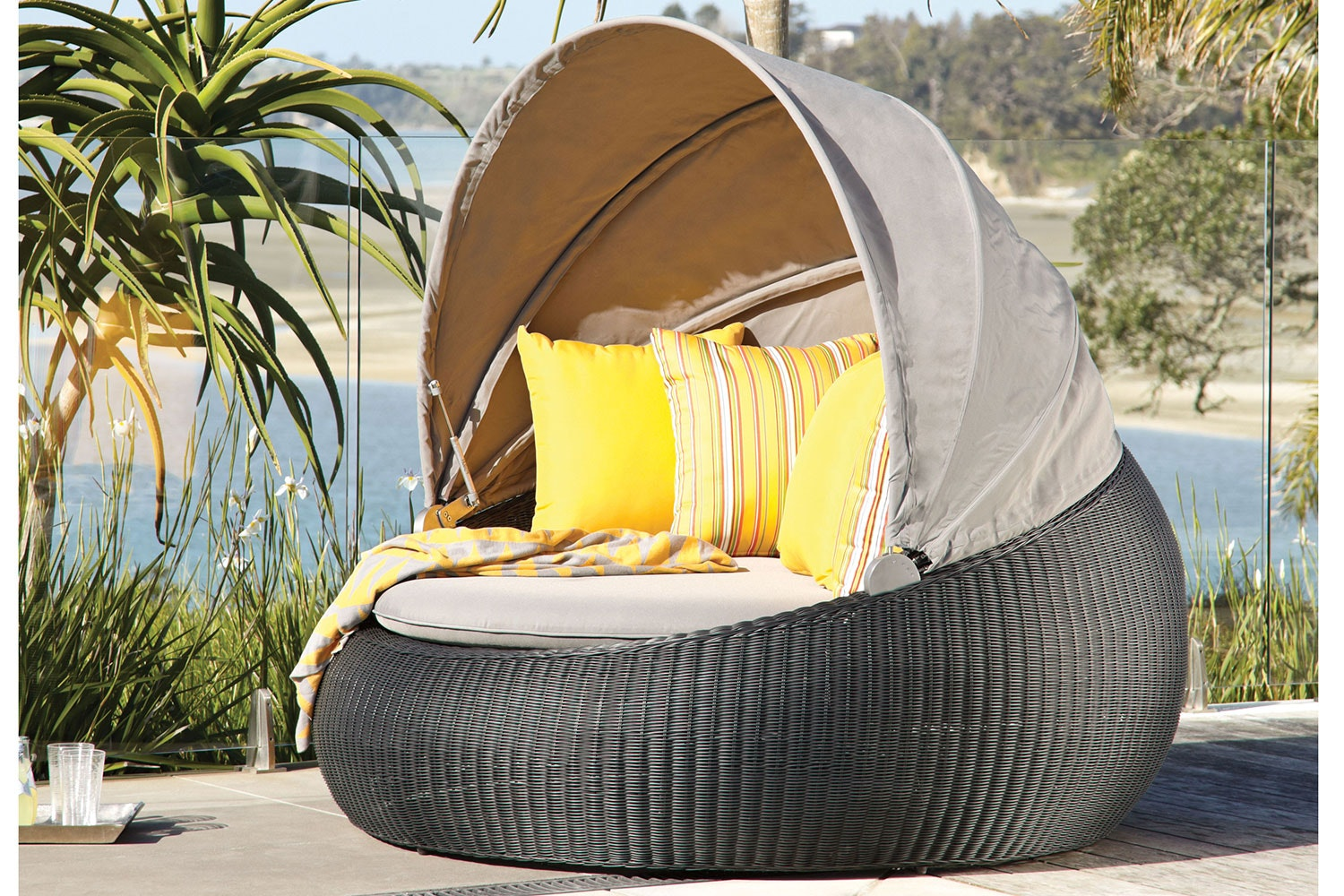 Magnetic Wicker Outdoor Day Bed