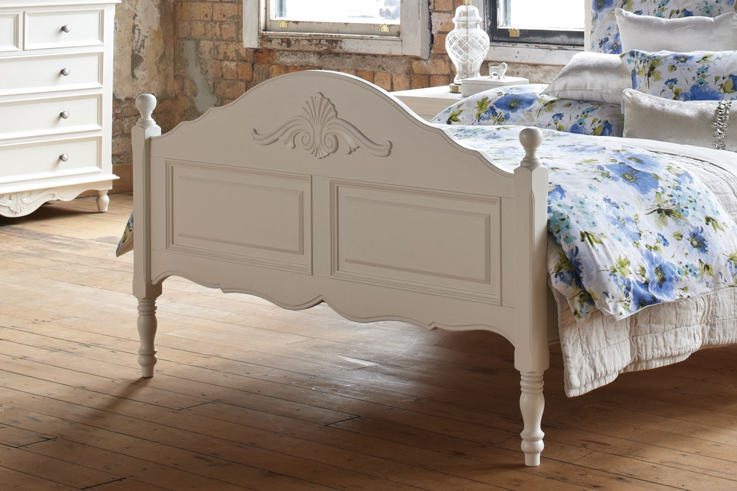Chambre Queen Foot End by Garry Masters